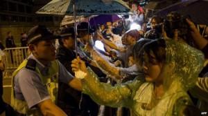 """3.000 người """"vây"""" văn phòng Trưởng Đặc Khu Hồng Kông"""